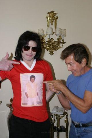 Michael jackson montre son tee shirt a Al le vrai père