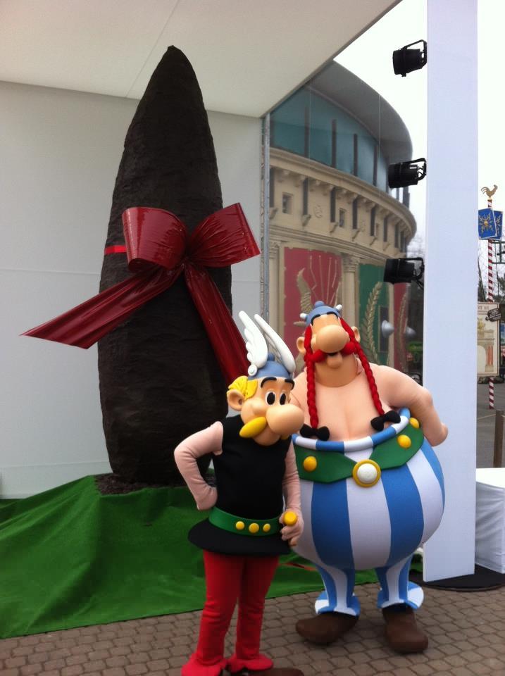 Astérix et Obélix avec un  menhir de 300 kilos -LeBlogreporter