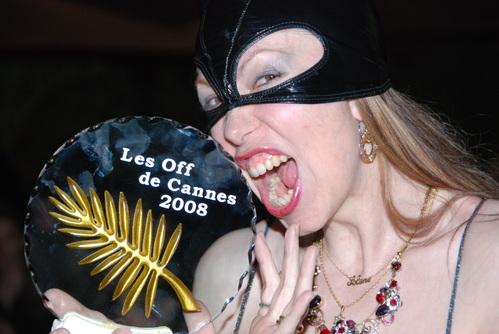 Lady Kat palmes Off