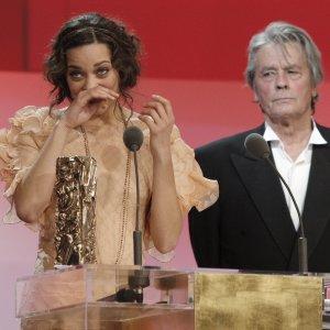 Marion cotillard reçoit son César , par Delon